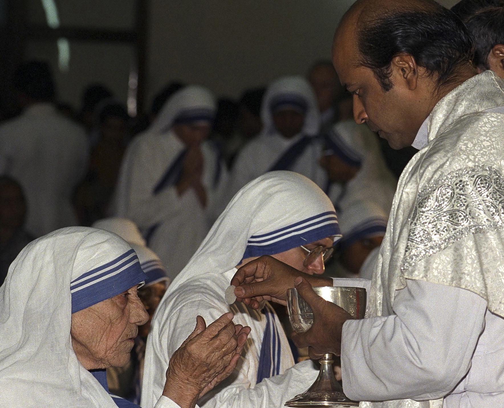 Un autre sacrilège ! Voyez ce que cette femme a fait avec l'Eucharistie… Mother-Teresa